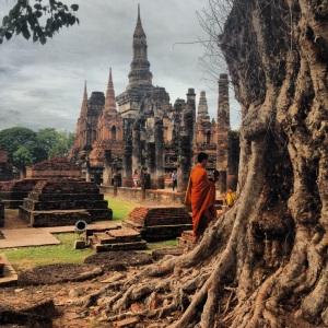 Monje budhista visitando las ruinas