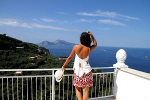 Mirando Capri